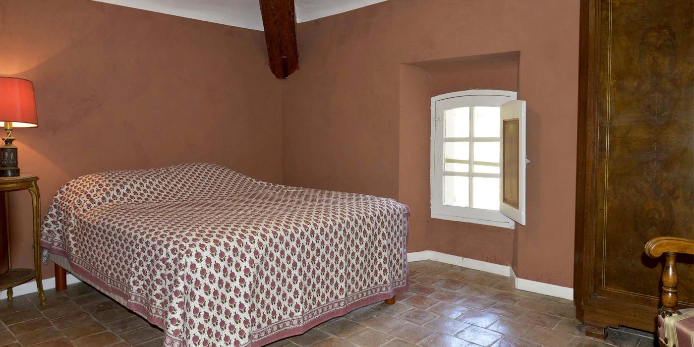 petite chambre au 3e étage avec vue sur terrasse et parc - Clos de Villeneuve - Valensole - location d'une bastide historique