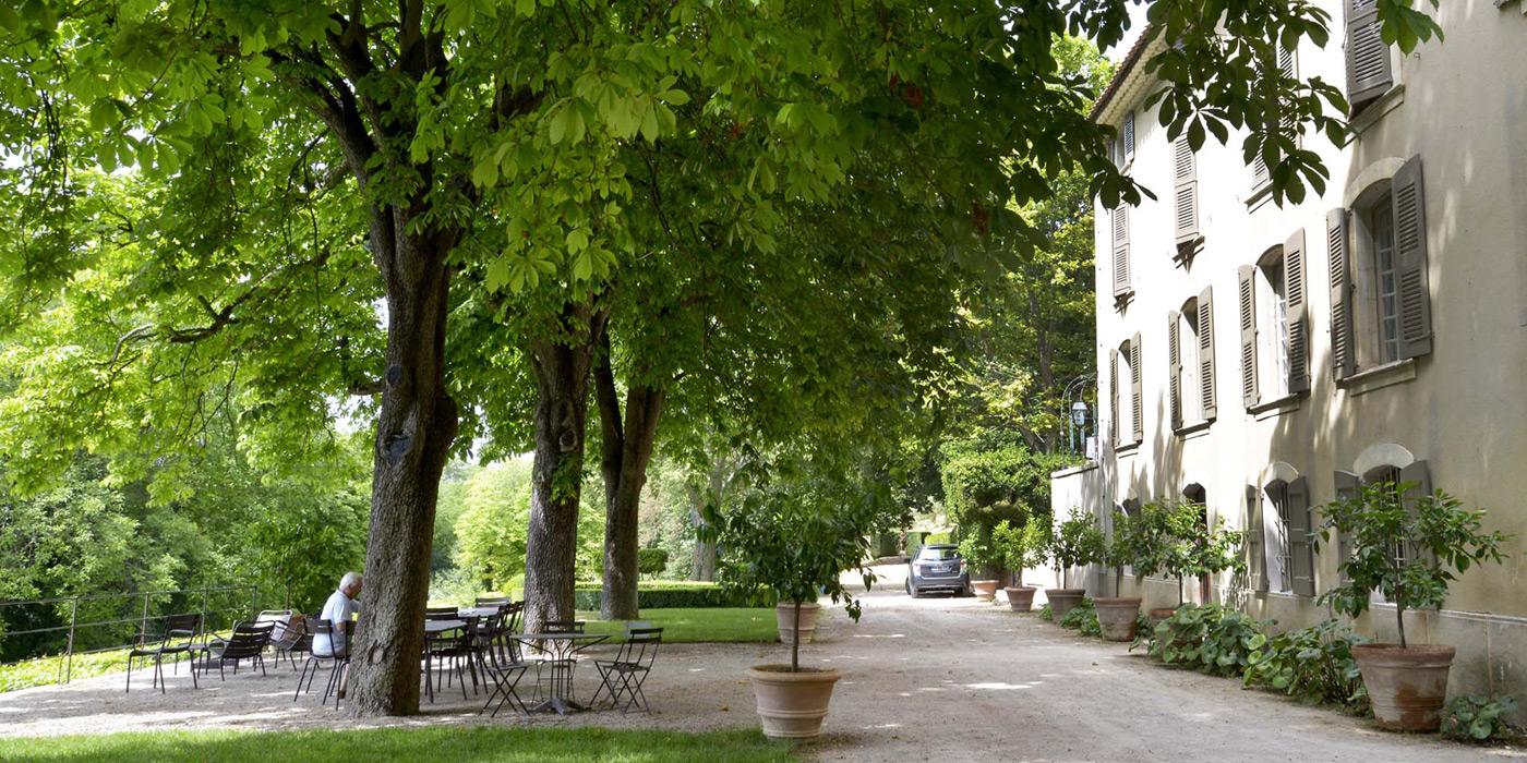 terrasse et façade de la bastide du clos de Villeneuve, Valensole, provence